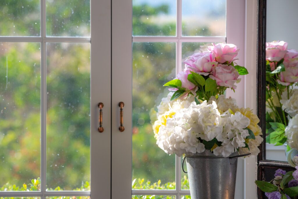 Natuurlijk licht van de lente schijnt weer door de ramen.
